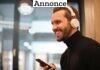 mand med trådløse høretelefoner